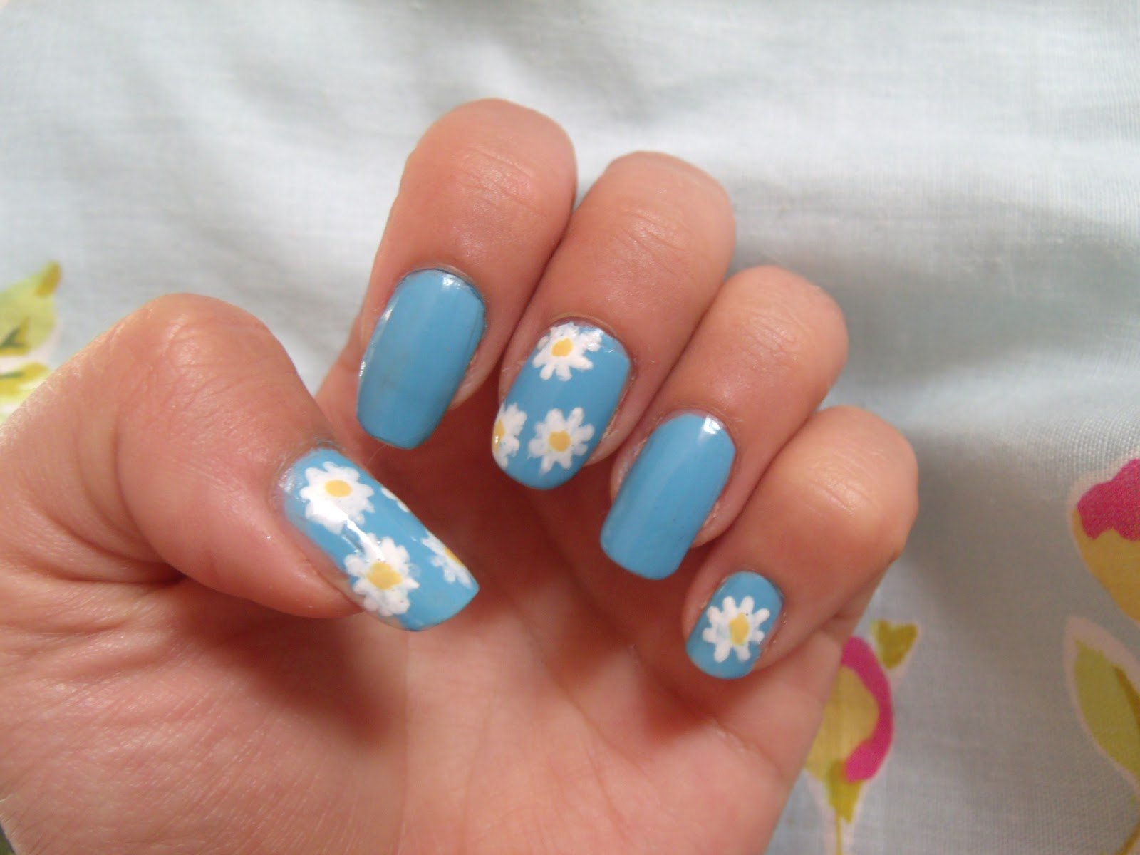 Summer Daisy Nails ♥ | Victoria\'s Vintage Blog
