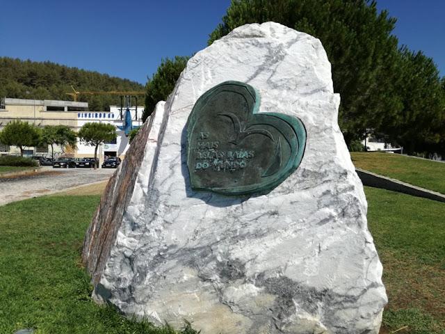 Placa estátua no Jardim da Saúde