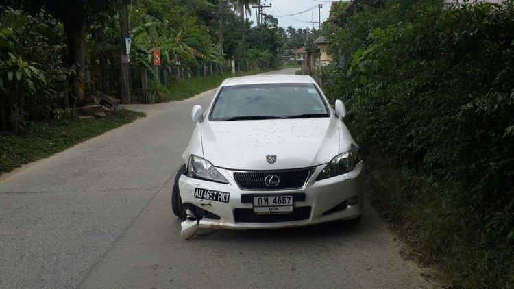 Кабриолет лексус у дороги разбитое крыло