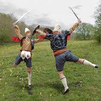 Kılıç kalkan oynayan adamlar