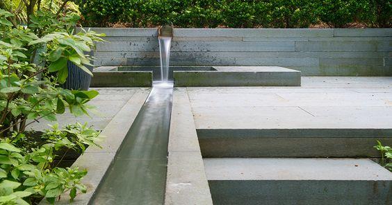 fantana de perete panza curs de apa zid de sprijin beton gradina moderna design fantana