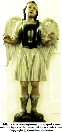 Foto de un ángel parado de cuerpo entero tomada por Jesus Gómez