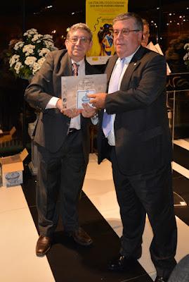 Ángel Iglesias Vidal recoge el premio a su colección en la EXFILNA 2016