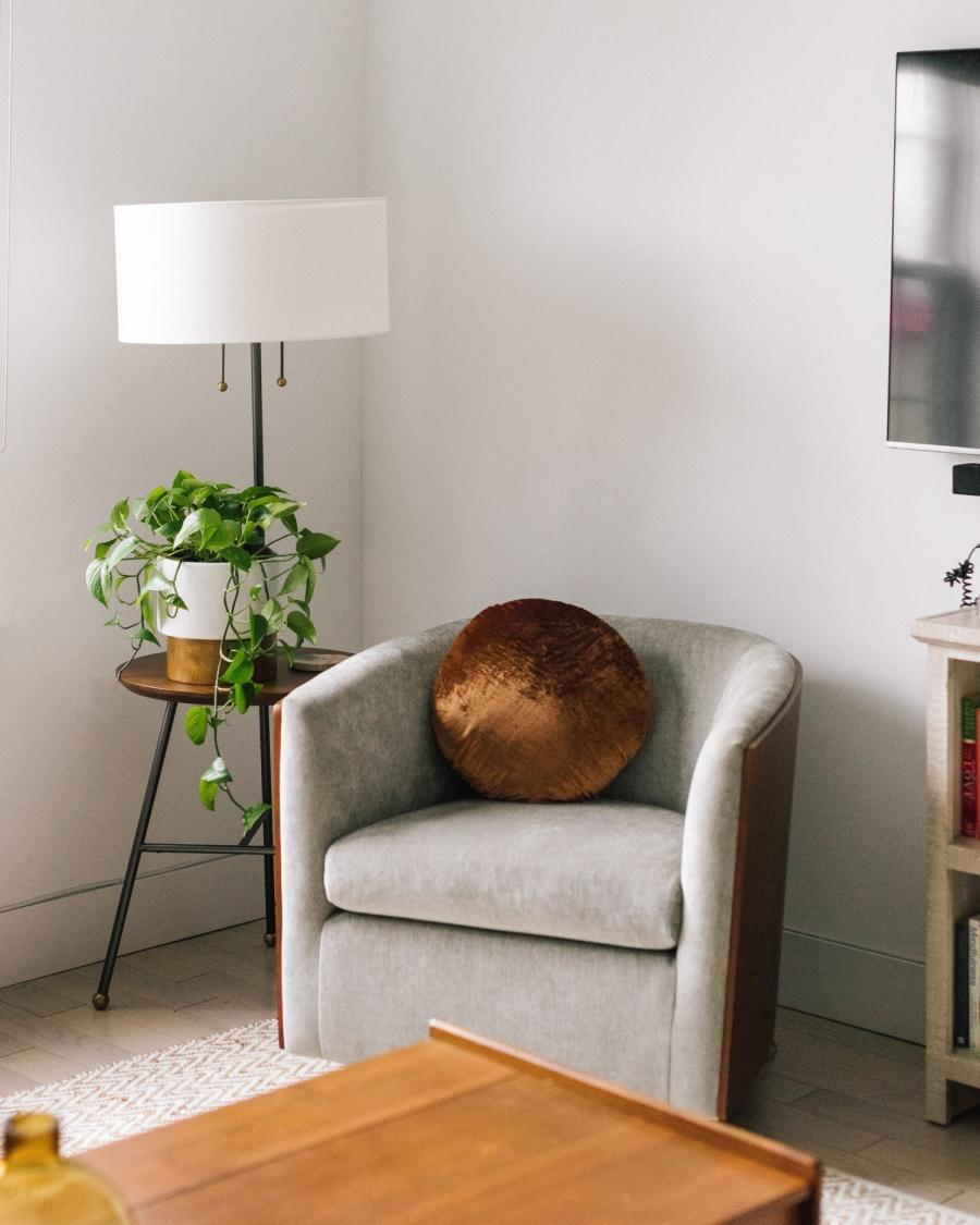 Prosty apartament w klimacie feng shui, wystrój wnętrz, wnętrza, urządzanie domu, dekoracje wnętrz, aranżacja wnętrz, inspiracje wnętrz,interior design , dom i wnętrze, aranżacja mieszkania, modne wnętrza, naturalne materiały, minimalizm, rośliny, białe wnętrza, salon, living room, sofa, kanapa, narożnik, stolik kawowy, stolik pień, fotel