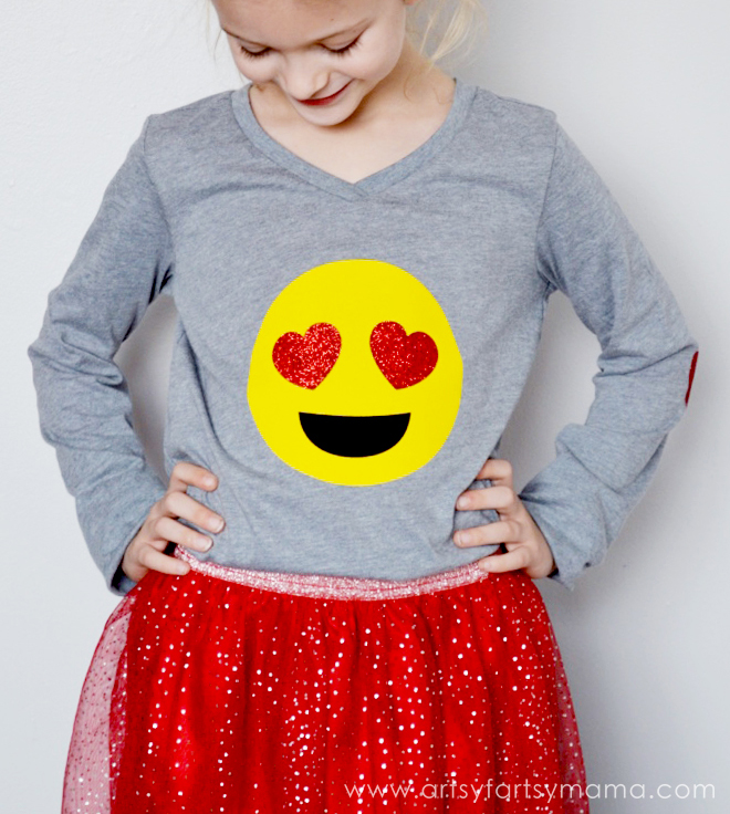 DIY Heart Eyes Emoji Shirt at artsyfartsymama.com