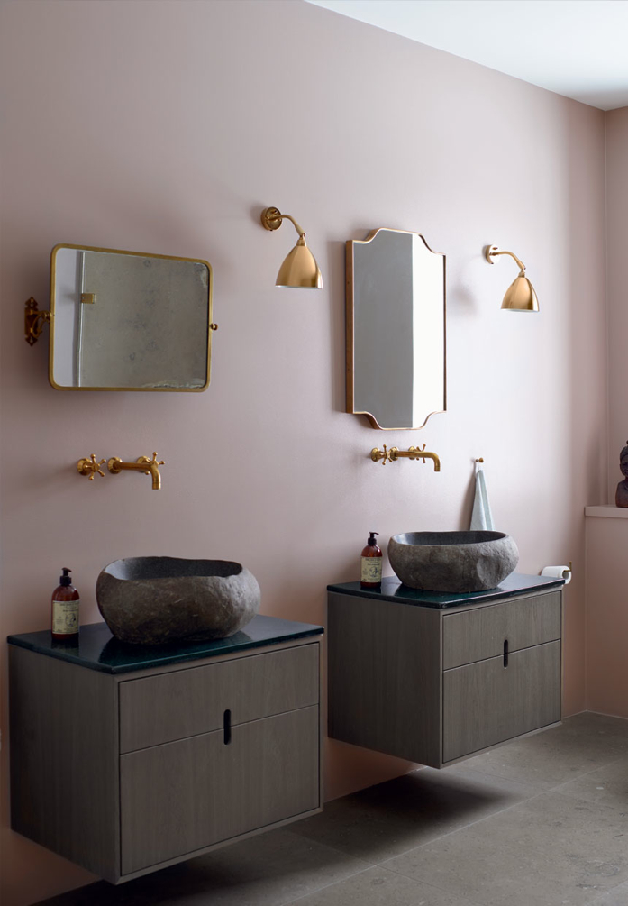 Pink and Brass Details in the BathroomPhoto Mikkel Adsbøl