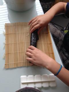 Kinder helfen in der Küche: Sushi rollen