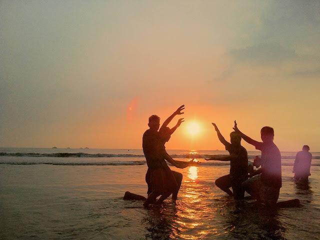 foto indahnya sunset di pantai carita