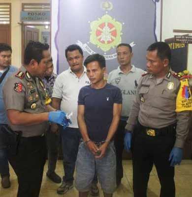 Tersangka penculikan di Nias Bezanolo Laia alias Beza saat diintrogasi polisi.