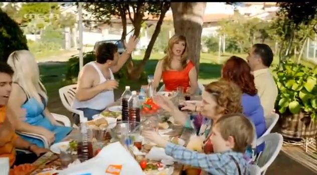 85cb152abd53 Όλο το κιτσαριό του νεοέλληνα σε μια διαφήμιση - Πιο Ελληνάρας πεθαίνεις!