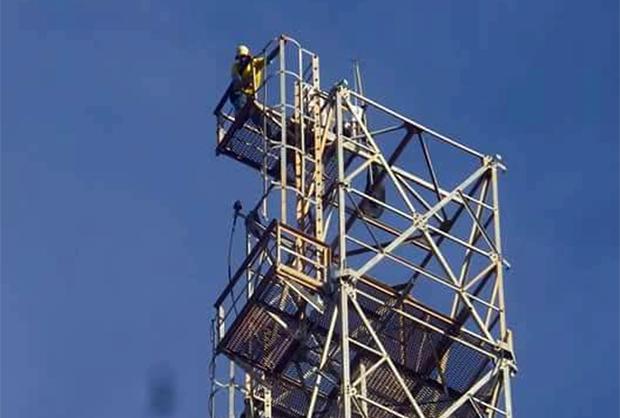 Na cidade de Floriano no Piauí, homem sobe em torre de telefonia e diz que só desce se Temer renunciar