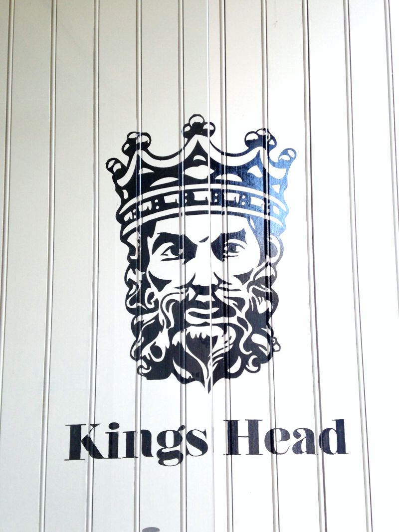 kings head hotel cirencester welcome sign