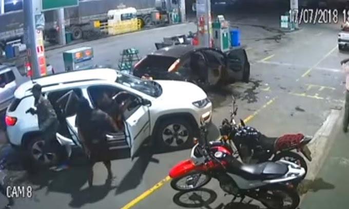 Câmeras flagram assalto a posto de combustíveis com uso de fuzil na Bahia; assista