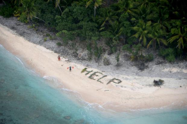 Náufragos são resgatados após desenhar um pedido de socorro, em inglês, na praia de uma ilha deserta