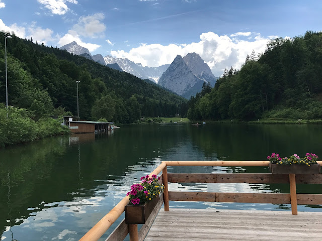 Flossterrasse Riessersee, Hochzeit in Apfelgrün und Weiß im Riessersee Hotel Garmisch-Partenkirchen, Hochzeitshotel in Bayern, heiraten in den Bergen am See