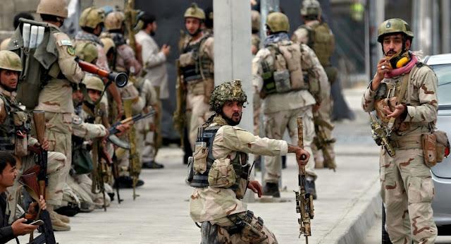 A explosão de um carro-bomba deixou ao menos 20 mortos e 50 feridos em frente a um banco na província de Helmand, no Afeganistão, nesta quinta-feira (22)