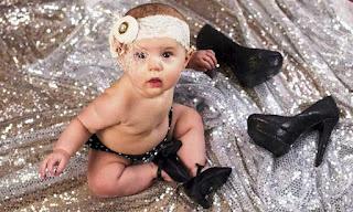 Foto Gambar Bayi Pakai Sepatu High Heels Kebesaran 19