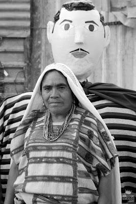 mujer con rebozo en guelaguetza