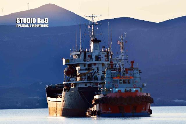Αποκολλήθηκε το φορτηγό πλοίο από το λιμάνι του Ναυπλίου (βίντεο)