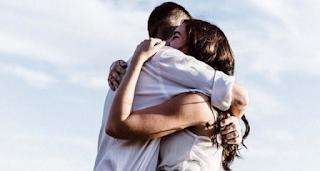 Να αγκαλιάζεις σφιχτά αυτούς που αγαπάς, γιατί η αγκαλιά είναι η πιο μεγάλη κουβέντα