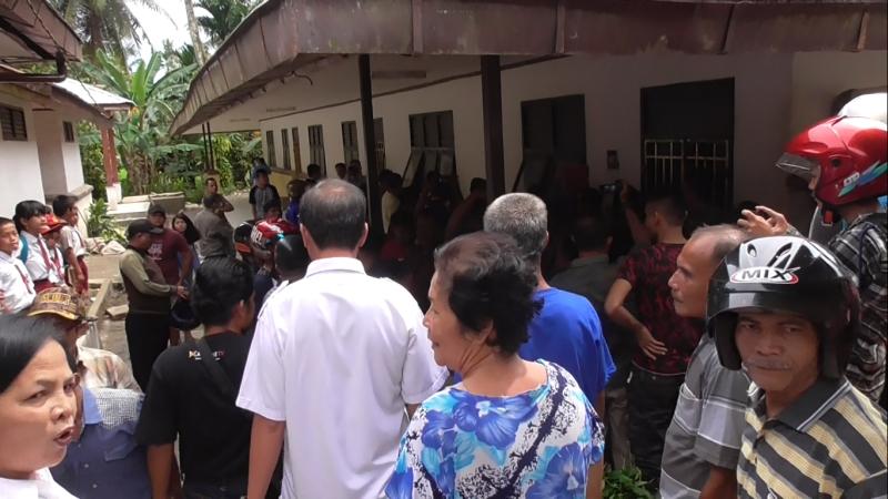 Puluhan orangtua murid mendatangi sekolah tempat AT mengajar.