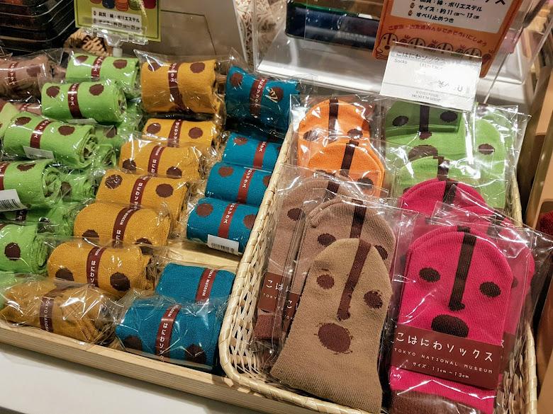 館內紀念品販售區的可愛土偶造型襪子