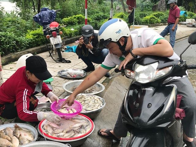 Tấp nập chợ cá đồng đầu mùa lũ bên cầu Trà Khúc Quảng Ngãi