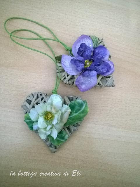 cuore-midollino-naturale-decorato-con-fiori-in-sospeso-trasparente
