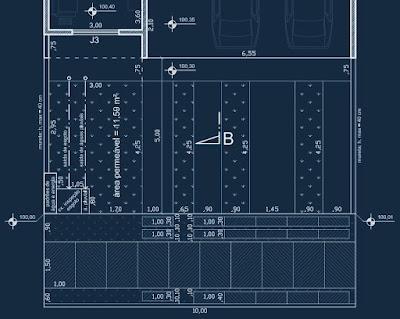 Detalhe da planta baixa do pavimento térreo do projeto, que engloba a implantação no lote e o detalhamento do passeio público conforme as normas internas do loteamento fechado.