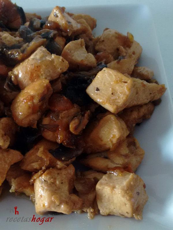 Delicioso pollo con champiñones y salsa de soja