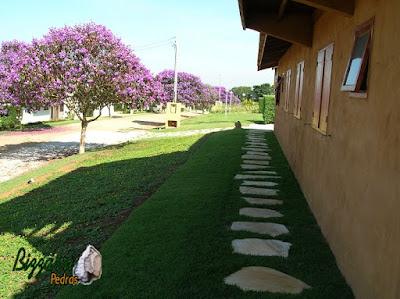 Pisadeira de pedra no jardim com pedra São Tomé sendo tipo cacão. Pisadeira em volta da construção da casa em sítio em Atibaia-SP.