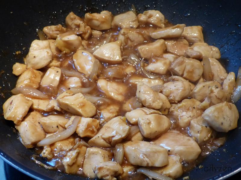Poursuivez la cuisson jusqu'à ce que la sauce devienne sirupeuse.