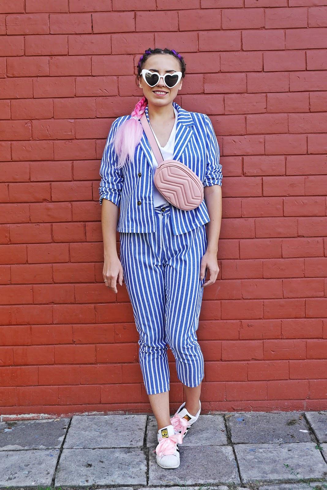 garnitur w biało-niebieskie paski shein adidas superstar różowe włosy karyn blog modowy