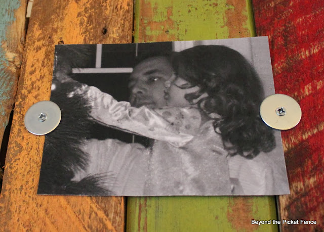 photo display, pallet wood, salvaged, scraps, frame, http://goo.gl/mHMD53