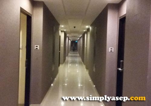 LORONG : Bagian lorong lamtai 5 hotel yang lengang  Foto ini diambil menjelang tengah malam. Sudah pada tidur kali ya para tamu. Foto Asep Haryono
