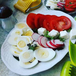 jajko wiosna pomidor sałata rzodkiewka