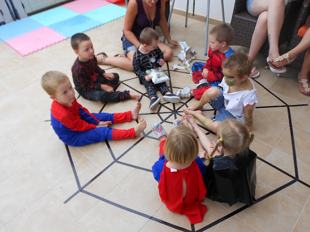 Spiderman party, pass the parcel