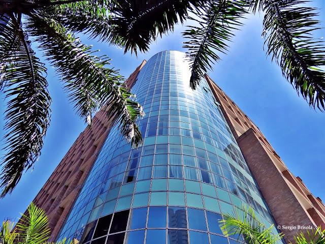 Perspectiva inferior do canto e fachadas do Dalí NYC Berrini Residence - Cidade Monções - São Paulo