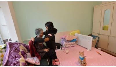 Tidak Ada yang Merawat, Mahasiswi Bawa Neneknya ke Kampus