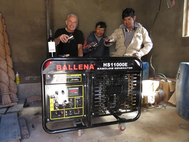 Wir haben aus Tupiza einen neuen Lichtmotor mitgebracht: 10 KW der wurde heute Vormittag installiert und dann erfolgreich in Pfarrhaus und Kirche getestet. Natürlich musste das edle Ding vorm Mittagessen dann noch begossen werden.