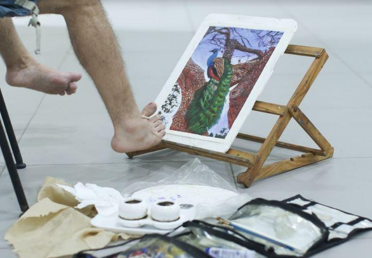 Museu Histórico da Cidade recebe obras de artistas que pintam com a boca e os pés