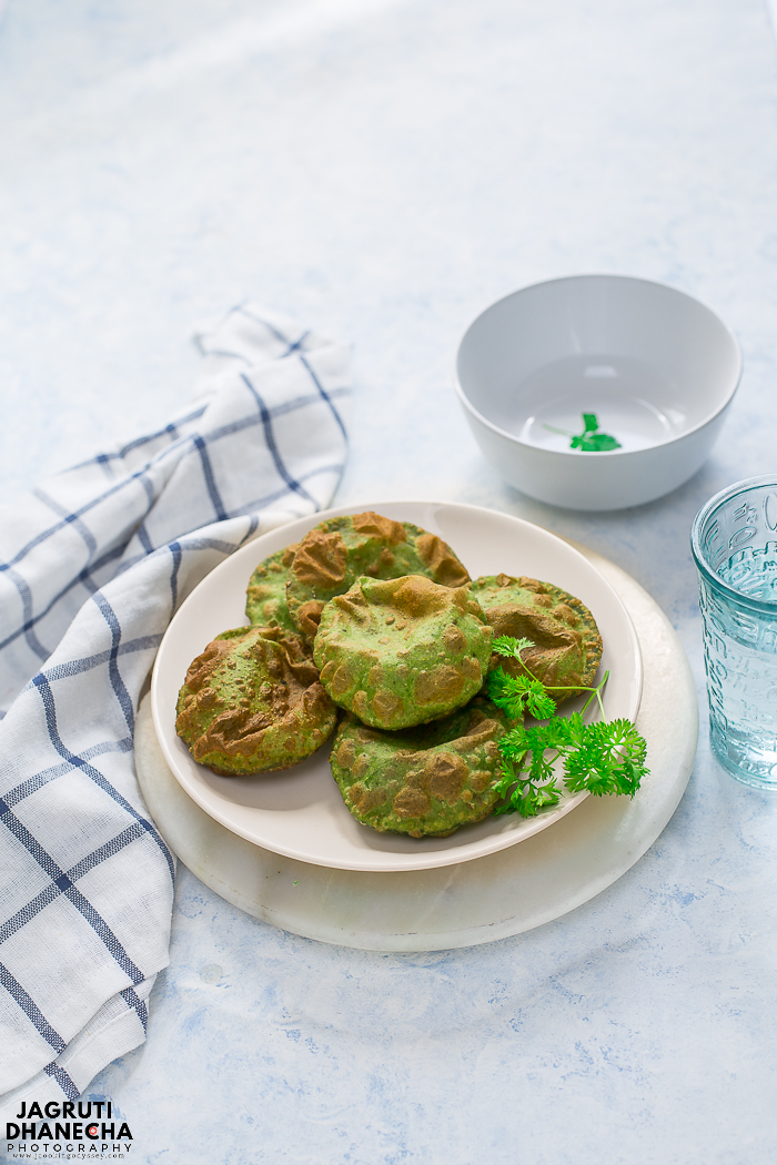 Farali Palak Poori, these utterly delicious deep-fried Indian flatbread are prepared with fresh spinach, few basic spices and gluten-free farali flours (amaranth, water chestnut and Barnyard millet).
