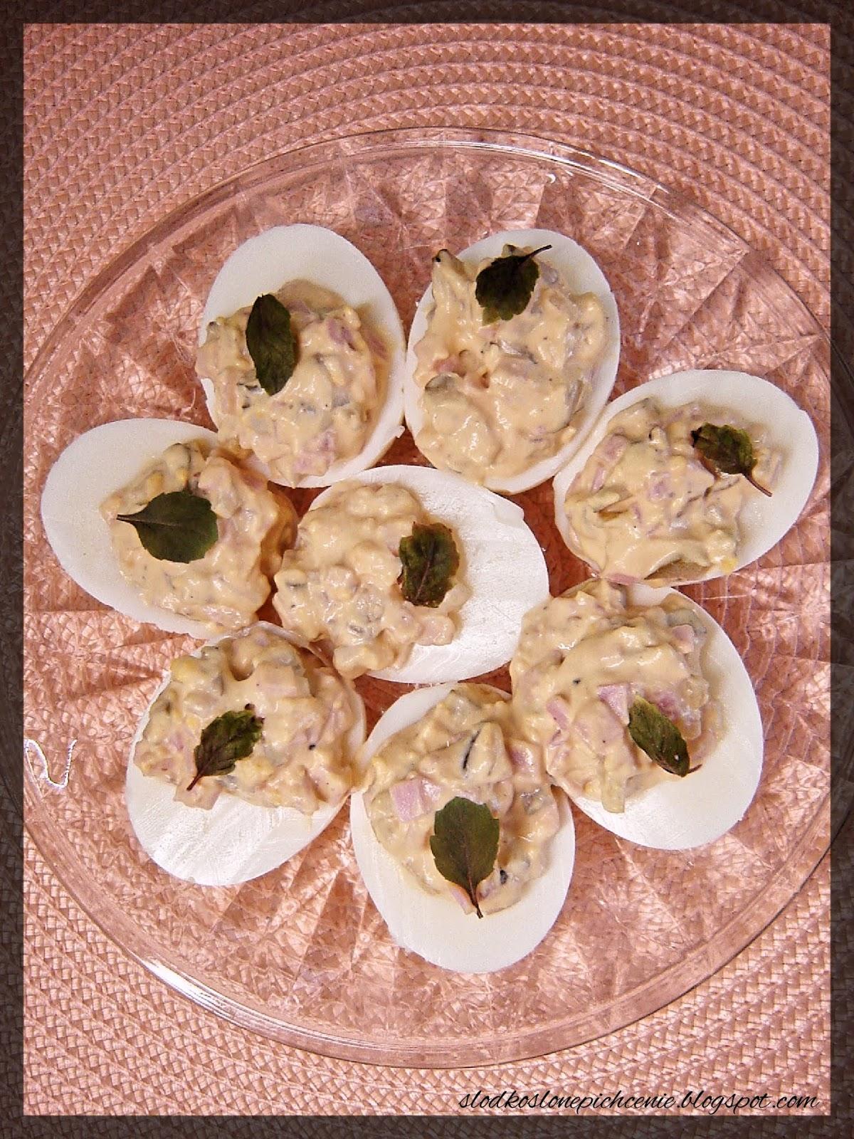 Jajka faszerowane ogórkiem konserwowym i szynką
