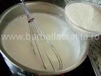Prajitura simpla cu branza preparare reteta - punem grisul in laptele indulcit