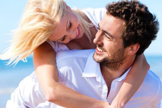 Pareja feliz con planes de casarse