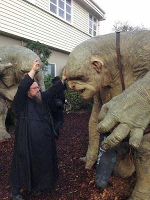 Lustiger Priester segnet Monster