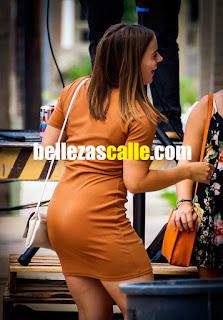 Bella mujer buenas piernas calle vestido corto