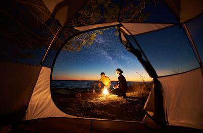 Pareja cocinando en acampada por Islandia