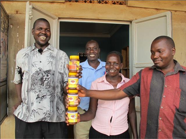 Τυφλός μελισσοκόμος από την Ουγκάντα κερδίζει διεθνές βραβείο υποστήριξης επιχειρηματιών
