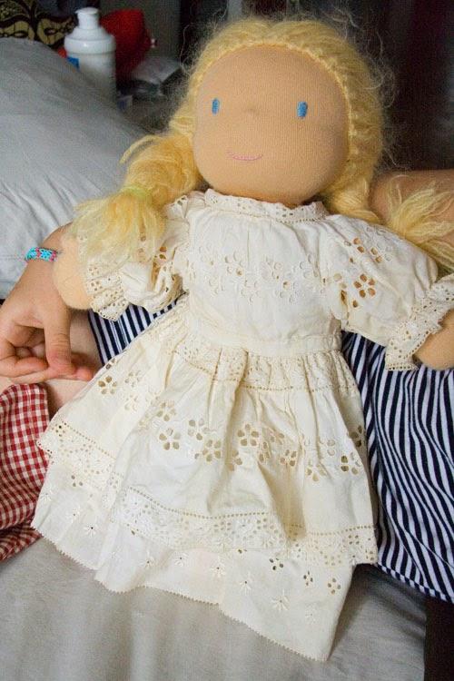Robe de poupée en dentelle ancienne